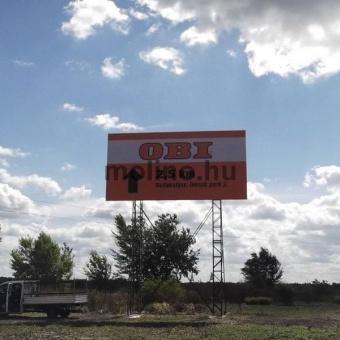 Giga méretű reklámtáblák főutak mellett