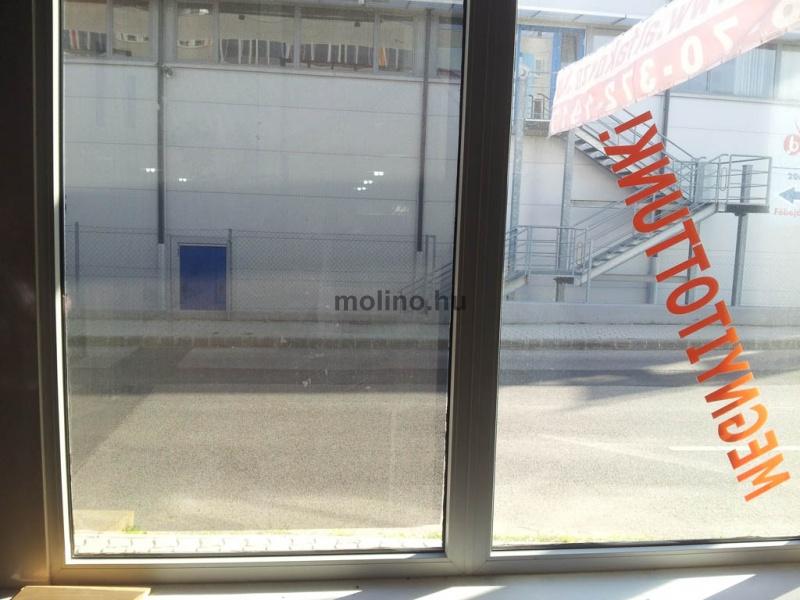 Perforált ablakmatrica